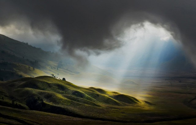 luz desde el cielo (© Pimpin Nagawan/National Geographic Photo Contest).