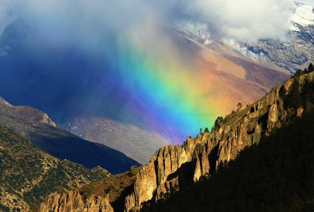 arcoiris sobre los himalayas (© Ed Graham/National Geographic Photo Contest).